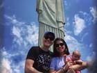 Michel Teló e Thais Fersoza levam a filha, Melinda, ao Cristo Redentor