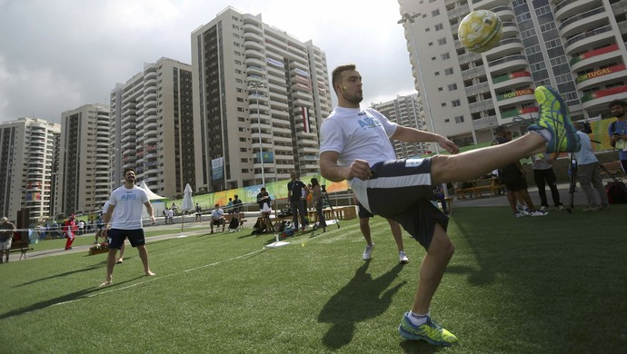 Argentino jogando bola na Vila Olímpica (Foto:  REUTERS/Edgard Garrido)