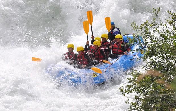 jogadores Roma fazendo rafting Campo Tures (Foto: EFE)