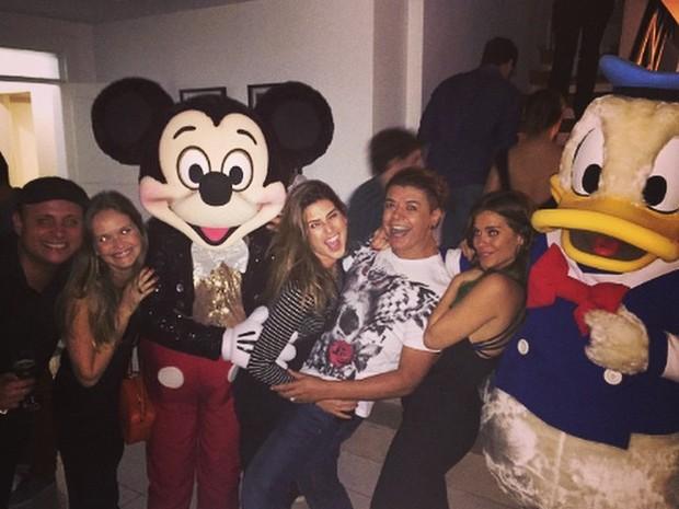 Léo Fuchs, Fernanda Rodrigues, Fernanda Paes Leme, David Brazil e Carolina Dieckmann em festa no Rio (Foto: Instagram/ Reprodução)
