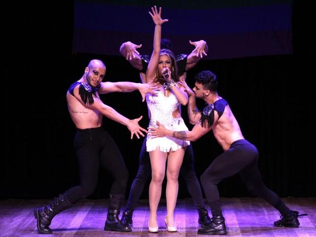 Dayanna Gon dança com gogo boys no Miss São Paulo Gay 2016 (Foto: Celso Tavares/ EGO)