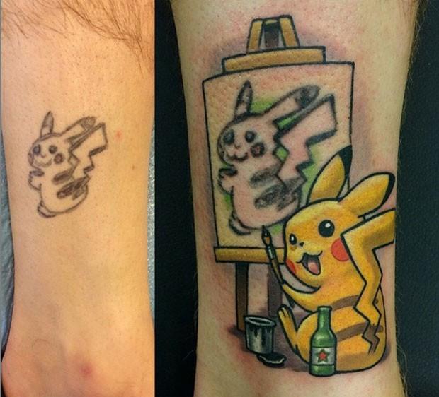Uma tatuagem bizarra feita por um homem nos Estados Unidos foi disfarçada de uma maneira incrível por uma tatuadora de Massachussetts: ela alterou o desenho para simular que o pokemón Pikachu – que era quase irreconhecível na original – estava pintando a si mesmo, como em um autorretrato (Foto: Reprodução/Instagram/NiteOwl Tattoo)