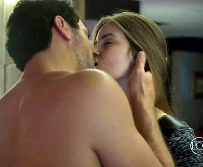 Angel aceita manter um caso às escondidas com Alex (Foto: TV Globo)