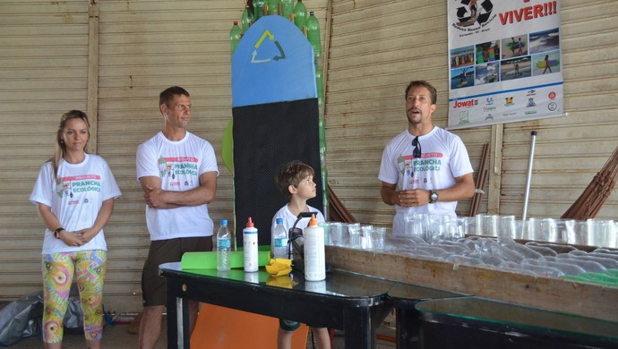 Carolina Scorsin, Jairo Lumertz (centro) idealizadores do Prancha Ecológica e o surfista Serginho Laus (Foto: Karol Aood/GE-AP)