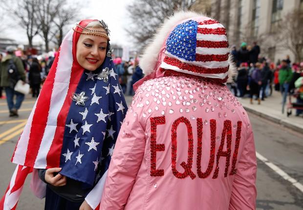 Gizelle Begler e Mira Veikley posam para foto na Marcha das Mulheres em Washington: assunto mais comentado nas redes (Foto: Shannon Stapleton/Reuters)