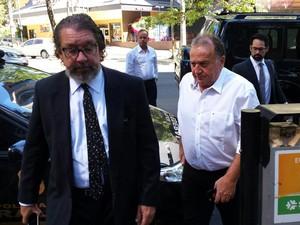 Advogado Kakay acompanha o réu Norberto Mânica na chegada para o quarto dia de júri da chacina de Unaí (Foto: Pedro Ângelo/G1)