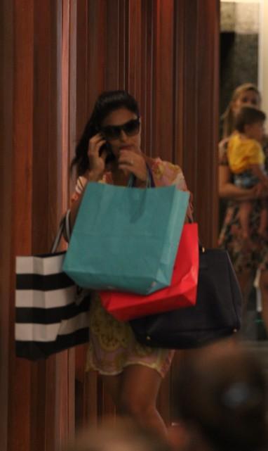 Juliana Paes faz compras em shopping do Rio (Foto: Derick Abreu / Foto Rio News)