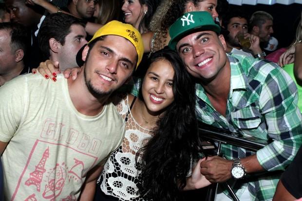 Bruno Gissoni e a namorada, Yanna Lavigne, com o promoter Biel Maciel em boate no Rio (Foto: Raphael Mesquita/ Divulgação)