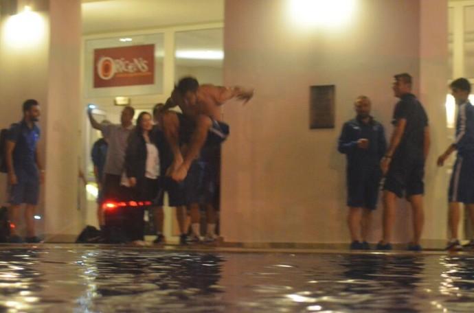 Jogadores da Grécia pulam em piscina de hotel para comemorar (Foto: João Áquila / GloboEsporte.com)