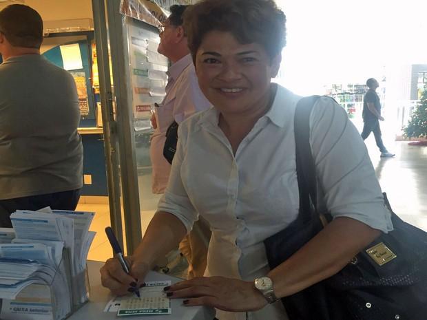 Helena Coelho, de 40 anos, aposta em lotérica da Asa Norte, em Brasília (Foto: Jéssica Nascimento/G1)