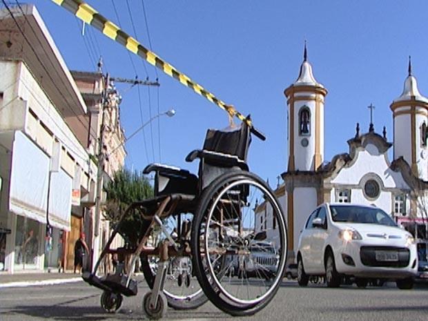 vaga estacionamento preferencial deficiente físico Oliveira  MG (Foto: Reprodução/TV Integração)
