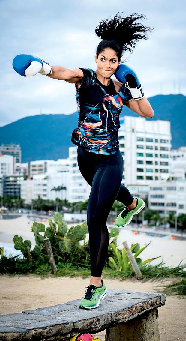 A atriz faz mais uma série de golpes de boxe: musculatura mais rígida e resistente  (Foto:  )
