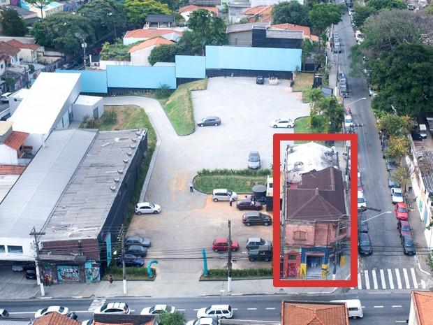 Na Rua Horácio Lane, apenas um imóvel resistiu a oferta de compra de construtora (Foto: Flávio Moraes/G1)