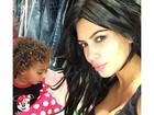 Kim Kardashian posta foto na qual filha mostra cachinhos (e ela, decotão)