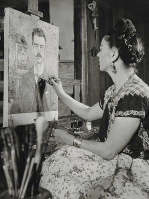 Frida pintando o retrato de seu pai, por Gisèle Freund (1951) (Foto: MON / Divulgação)