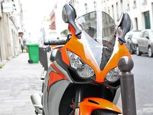 Moto esportiva estacionada en rua de Paris. Na França, as motos têm limitação de 106 cavalos de potência (Foto: Rafael Miotto/G1)