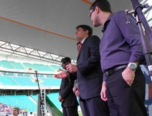 Emocionado, Carlos Rátis canta o hino do Bahia junto com a torcida tricolor (Foto: Eric Luis Carvalho)