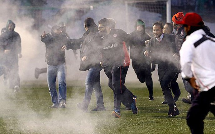 confusão Panathinaikos x Olympiacos (Foto: Reprodução / Site Oficial)