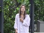 Alessandra Ambrsio chama a ateno por suas pernas finas