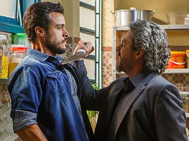 Zé Alfredo enfrenta Enrico com uma faca (Foto: Artur Meninea/Gshow)