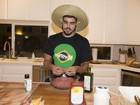 Caio Castro tem dia de chef de cozinha e prepara hambúrguer no Havaí