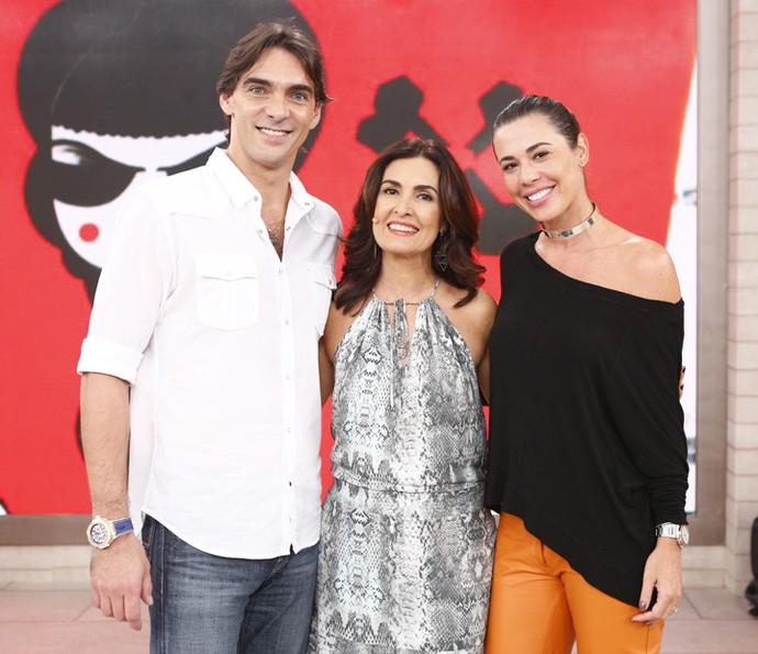 Giba e a esposa tiram foto com Fátima Bernardes (Foto: Fabiano Battaglin/Gshow)