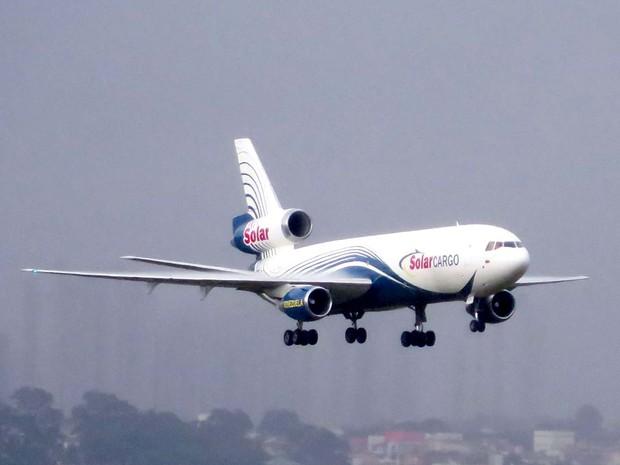 Avião vindo de Caracas, na Venezuela, instantes antes de fazer pouso de emergência no Aeroporto JK, em Brasília (Foto: Reprodução)