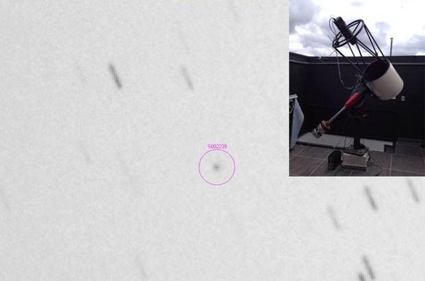 Na imagem é possível ver o cometa , dentro do círculo. No canto direito acima, está o telescópio que fez a observação, instalado no interior de Minas Gerais (Foto: Divulgação/Facebook/Sonear Observatory)