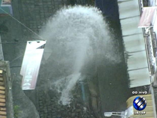 Água tratada foi desperdiçada durante toda a noite e início da manhã. (Foto: Reprodução TV Liberal)