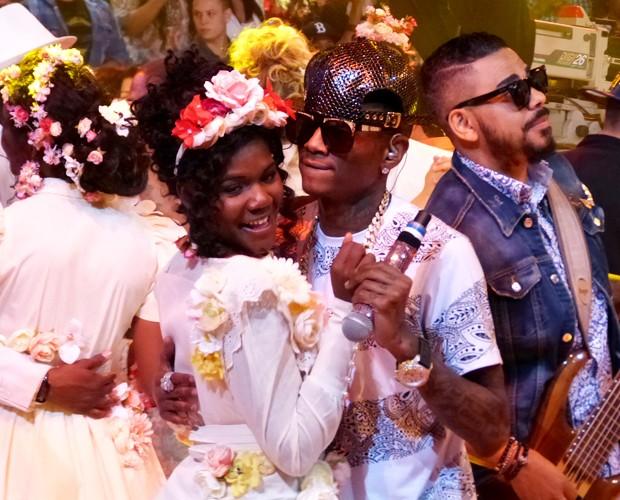 Rapper Soulja Boy dança com assistente de palco Isabel (Foto: Esquenta! / TV Globo)