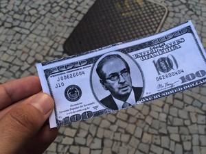 Manifestação contra a proposta de impeachmet da presidente Dilma na Cinelândia: dinheiro com a caara de Cunha (Foto: Marcelo Elizardo/G1)