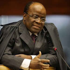 Os ministros Joaquim Barbosa, &#250;nico ministro negro do tribunal, ao proferir seu voto durante julgamento das cotas raciais (Foto: Nelson Jr. / SCO / STF)
