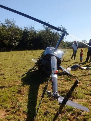 Duas pessoas ficaram feridas em queda de helicóptero em viamão (Foto: Divulgação/CBCV Águas Claras)