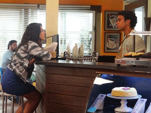 Emerson e Liz conversam com muita intimidade (Foto: Paula Paiva/Gshow)