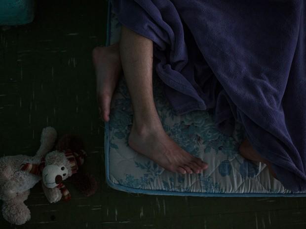 Alunos dormem em colchões dentro da Escola Estadual Caetano de Campos (Foto: Victor Moriyama/G1)
