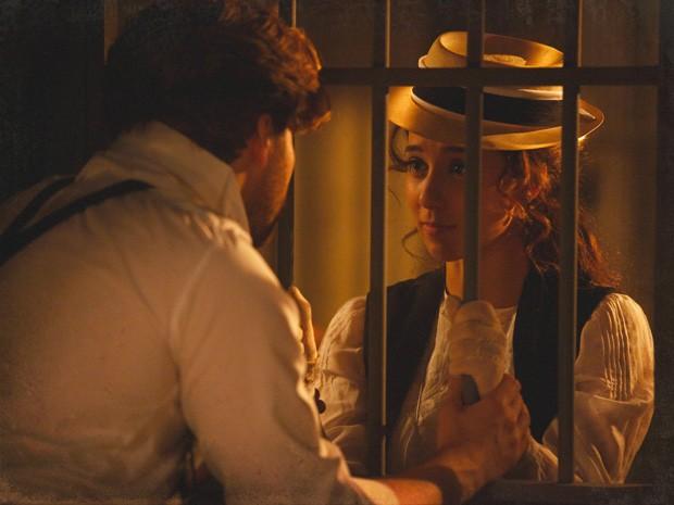 Laura visita Edgar na cadeia (Foto: Lado a Lado/TV Globo)