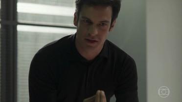 Eric fica revoltado com sua transferência para o presídio e confronta Timóteo nos corredor
