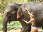Vanessa Mesquita dá banho em elefante vestindo maiô cavado