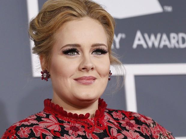 A cantora Adele é fotografada na chegada à cerimônia do Grammy, neste domingo (10), em Los Angeles. (Foto: Mario Anzuoni/Reuters)