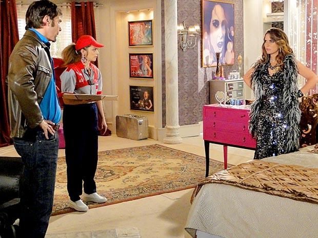 Só na pizza! Socorro se disfarça para fofocar com Chayene (Foto: Cheias de Charme / TV Globo)