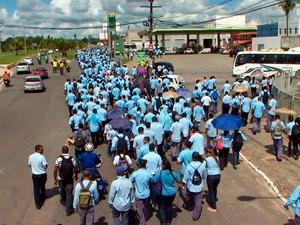 Trabalhadores fazem protesto em Camaçari na manhã desta terça-feira (Foto: Reprodução/TV Bahia)