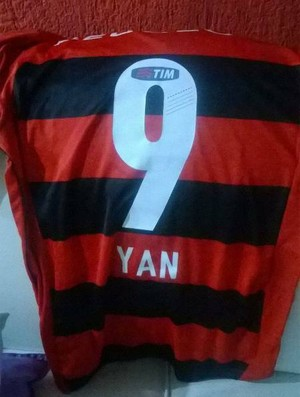 Camisa que o Yan ganhou de Leo Moura (Foto: Arquivo Pessoal/Yan Alves)