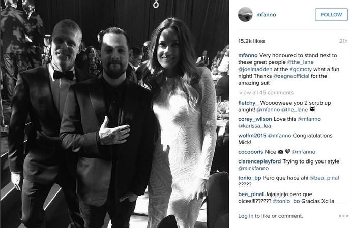 Mick Fanning e a mulher, Karissa Danton, posam ao lado de Joel Madden, volcalista da banda Good Charlotte (Foto: Reprodução/Instagram)