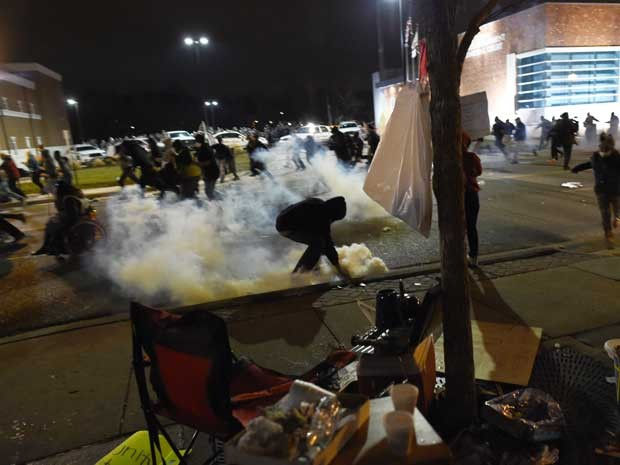 Policiais usam bomba de gás lacrimogêneo para dispersar tumulto. (Foto: Jewel Samad / AFP Photo)
