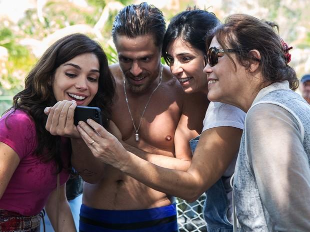 Sabrina Petraglia e Alejandro Claveaux conferem cliques feitos no celular, ao lado de Andreia Cavalcante, preparadora de elenco, e Beth Filipecki, figurinista da trama (Foto: Fábio Rocha/Gshow)