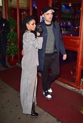 Robert Pattinson e a namorada, FKA Twigs, em festa em Nova York, nos Estados Unidos (Foto: AKM-GSI/ Agência)