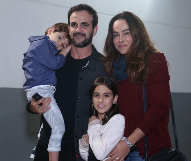 Cássia Linhares com Renato Bussiere e os filhos, Antônio e Eduarda (Foto: Anderson Borde/AgNews)