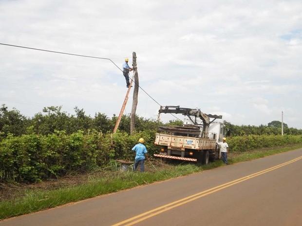 Técnicos vistoriaram o local do acidente (Foto: Edmar Serrão)