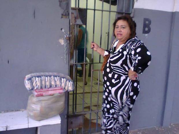 Advogada Kátia Nunes levou cestas básicas para policiais presos no comando da PM do RN (Foto: Alberto Alves)