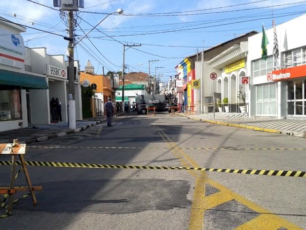 Rua precisou ser interditada (Foto: Marcela Cortez / G1)